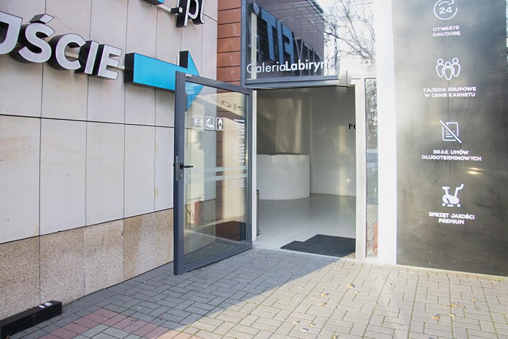 zdjęcie szklanych drzwi wejściowych do galerii labirynt plaza