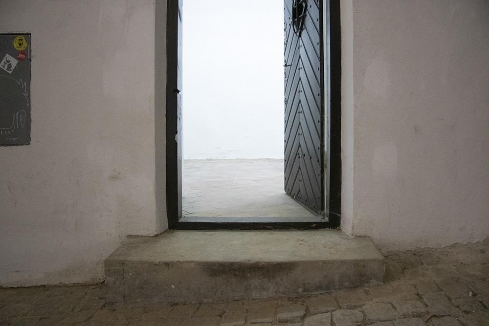 zdjęcie wejścia do galerii z wysokim progiem