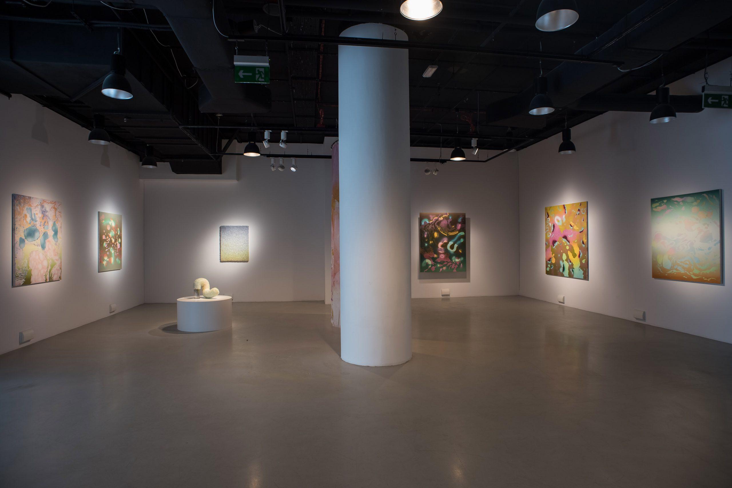widok ogólny sali wystawowej z zawieszonymi obrazami