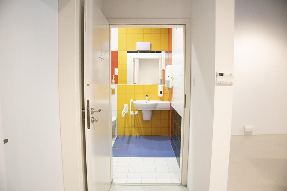 otwarte drzwi do łazienki